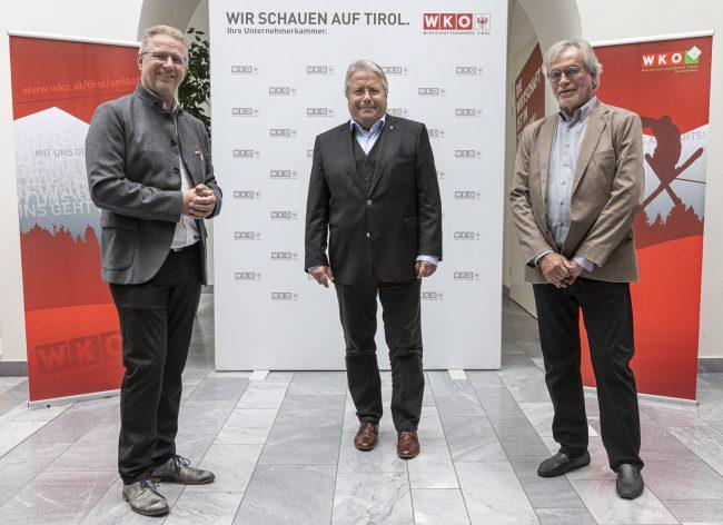 20210608 - Sport - Tiroler Skiverband mit Karl Janovsky (links) und Skipool Tirol mit Roderich Urschler (rechts) bedanken sich bei Seilbahn-Wirtschaft Franz Hörl (mitte) - Tirol - Österreich - Austria - AUT / Foto TT / Rudy De Moor